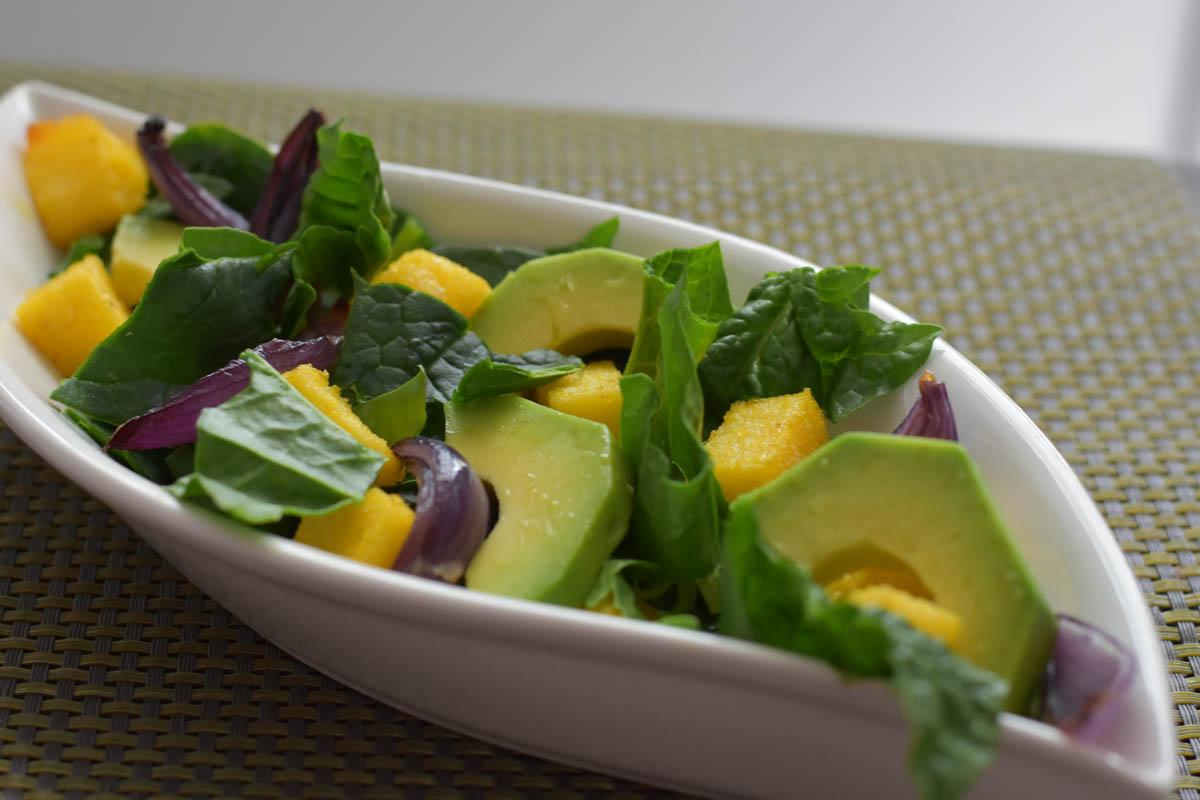 Salata de spanac cu ceapa rosie, avocado si crutoane de mamaliga