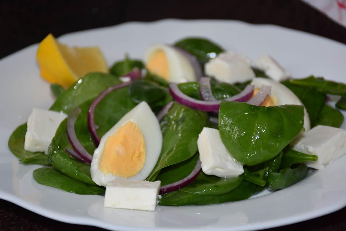 Salata de spanac cu oua si branza feta