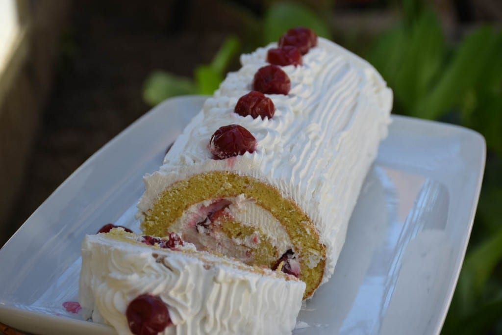 Rulada de vanilie cu crema de branza si visine-reteta