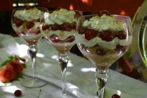desert la pahar cu crema de iaurt si visine-reteta