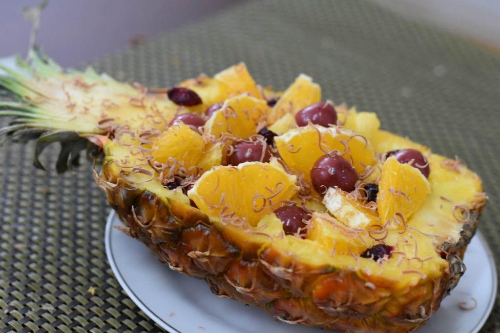 salata de fructe in ananas-reteta