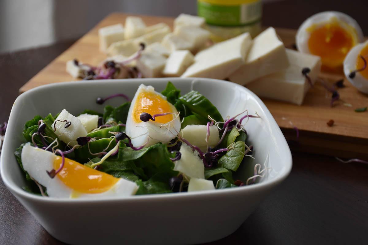 Salata de spanac cu oua si germeni de ridiche