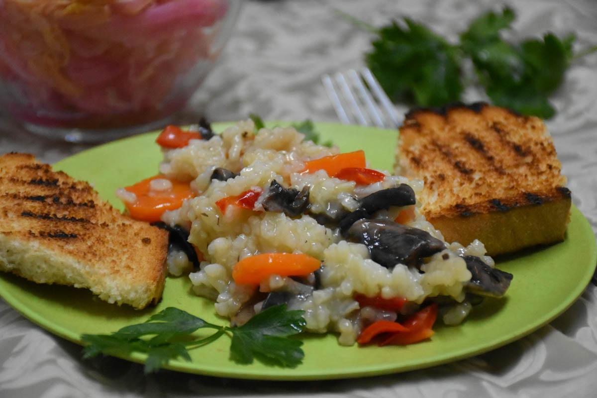 Pilaf de orez de post cu legume si ciuperci